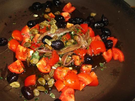 acciughe, pomodorini, capperi e olive