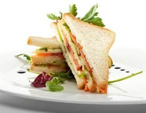 sandwich-con-salmone-e-verdure